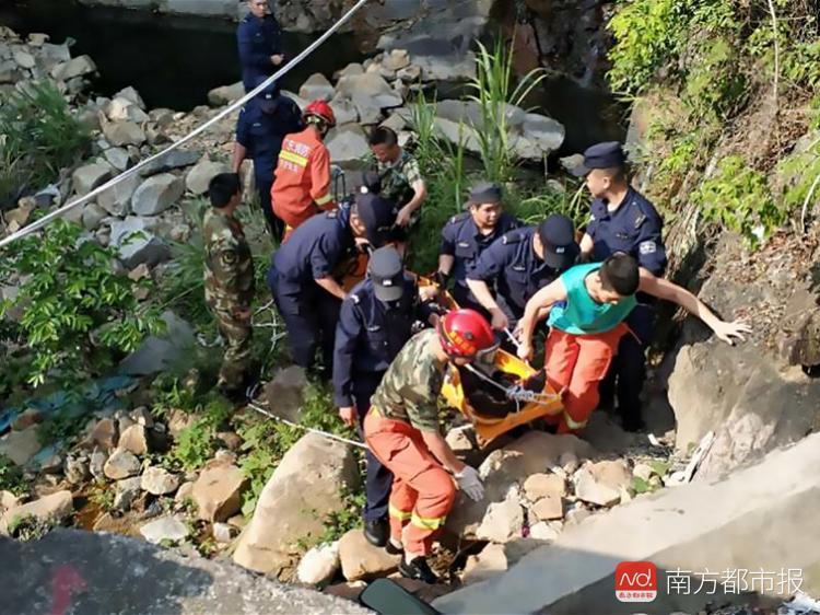 深圳男子爬山摔断胸椎 警察用2个多小时将他抬下山
