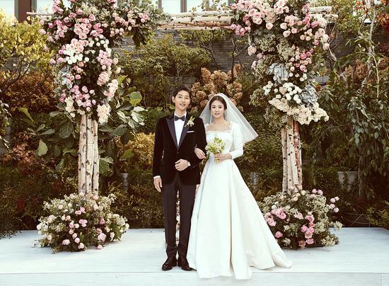 2017年10月31日,宋慧乔和宋仲基在首尔大婚。引得多少少男少女羡慕不已/视觉中国