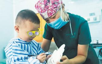 长沙一男童做手术哭闹,护士陪着画怪兽