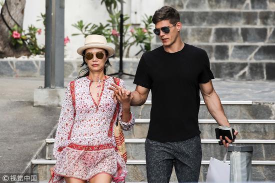 2017年12月,法国,邓文迪和小她26岁的男友外出度假。然而这样的年龄差在姐弟恋中也是罕见的/视觉中国
