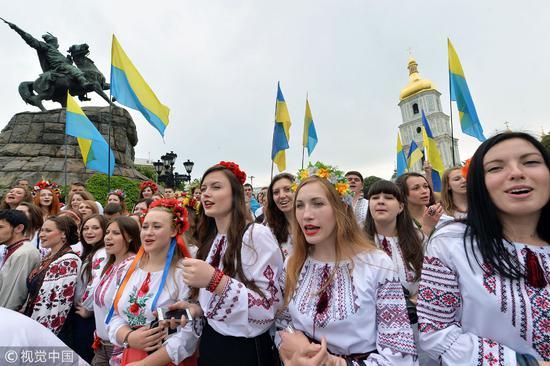相反,在乌克兰、拉脱维亚这样女多男少的国家,女性是受到婚姻挤压的群体。但想让这些美女随便嫁给你还是太异想天开了/视觉中国