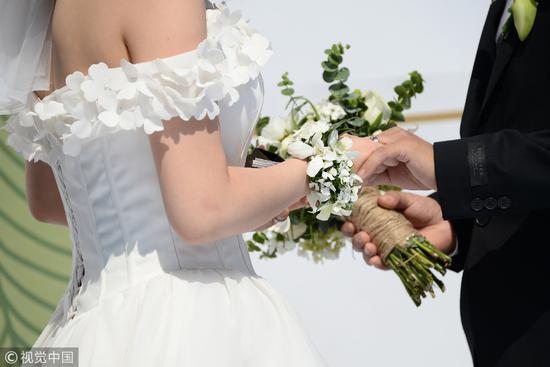 """2018年6月,北京理工大学的研究生毕业集体婚礼。近年来,""""大学是否毕业""""这个要素在男女的择偶条件里都有所提升/视觉中国"""