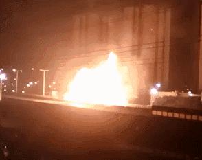 火光冲天!油罐车追尾货车燃起熊熊大火