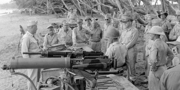 二战时盟军测试日军的重机枪和掷弹筒