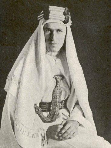 腰别阿拉伯弯刀,身着阿拉伯长袍的劳伦斯