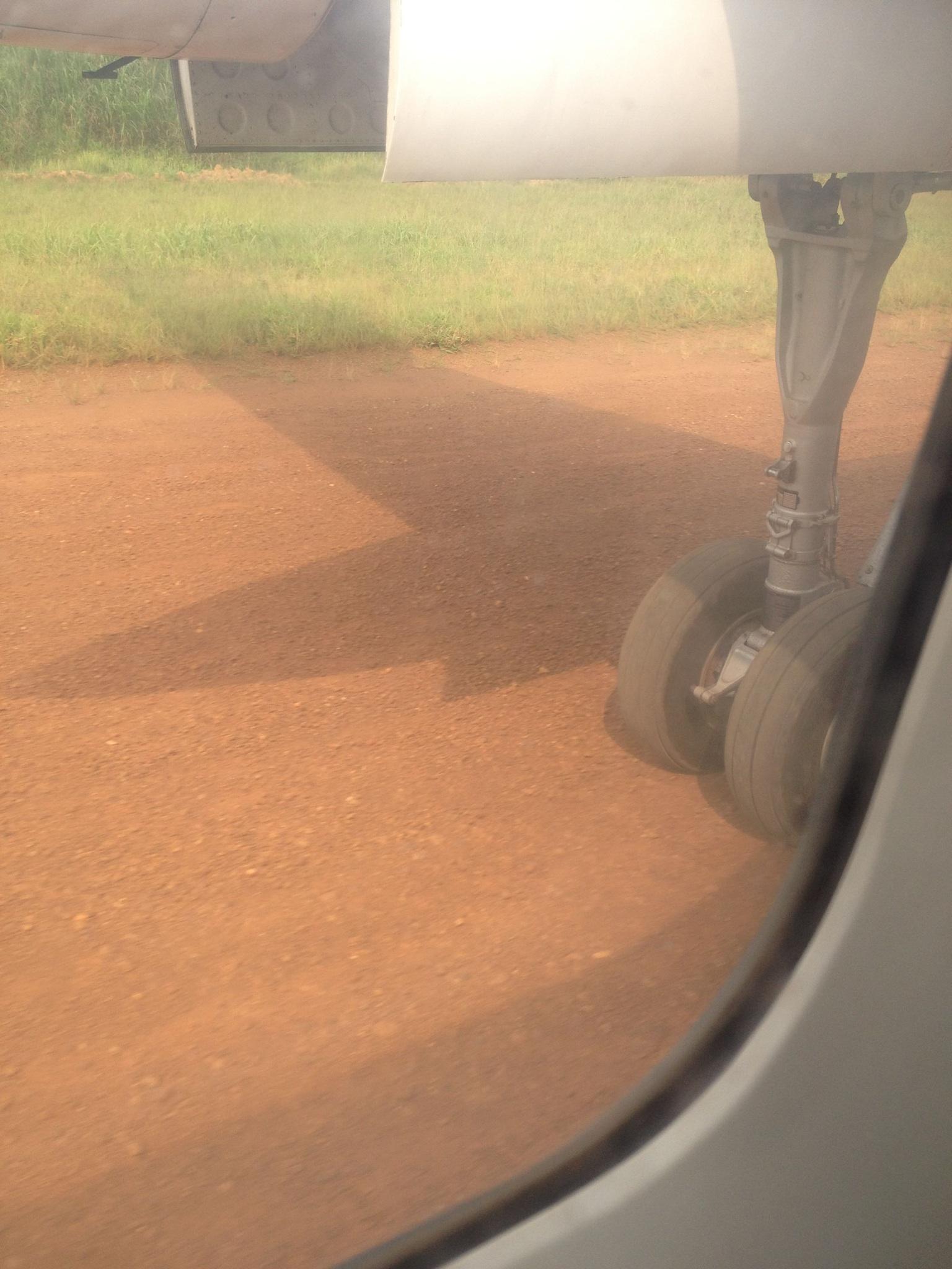 尘土滚滚的布尼亚机场跑道(作者供图)