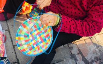 郑州81岁老太街头编花篮低价卖,只为锻炼手指