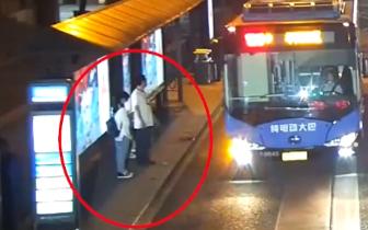 女孩公交站等车被强吻 男子称无法控制自己