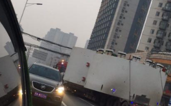 """郑州早高峰街头电缆""""低头""""垂落 大车通行成阻碍"""