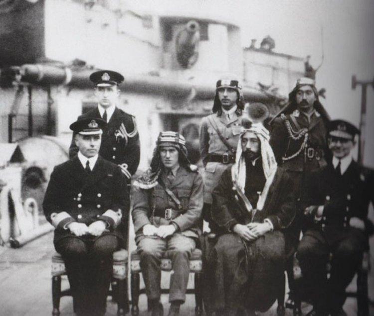 劳伦斯与费萨尔在一艘英国军舰上