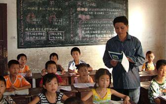 进一步提高乡村教师补助标准 教学点每月能补800元