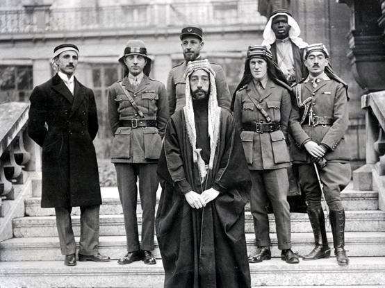 巴黎和会上费萨尔(图中者)率领的代表团,劳伦斯位于次排右二