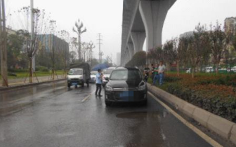 九龙坡:雨天路滑三车追尾 安全距离须保持