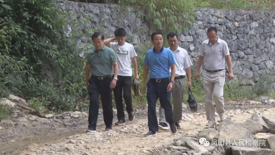 自治区检察院黄继平到凤山县开展扶贫调研活动