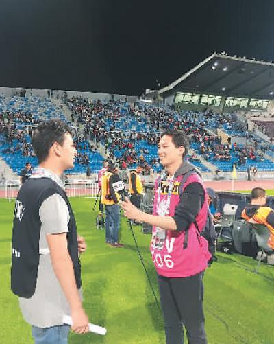 在2018年约旦女足亚洲杯比赛期间, 杨盾(右)担任了中国中央电视台的翻译志愿者。图为他在用阿拉伯语采访当地观众