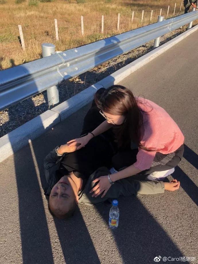 高速路上突发车祸起火 漂亮姑娘一路狂奔连救3人