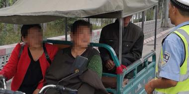 曲周交警严查农用三轮车违法载人 确保交通安全