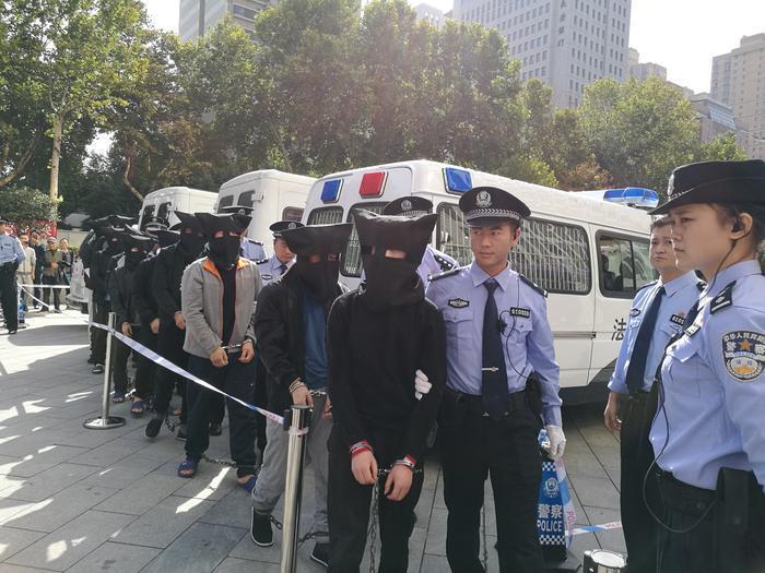 西安一区法院在广场开公判大会:对10人作出判罚