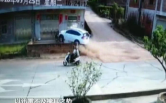 云浮一小车失控直冲进房屋竟是一辆摩托惹的祸?