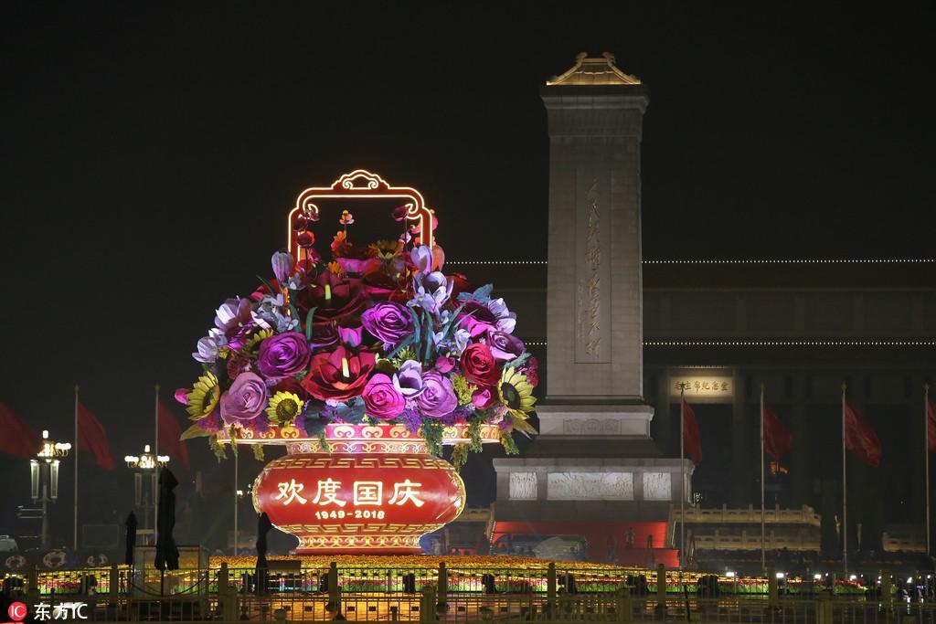 国庆临近 北京天安门广场及长安街沿线花坛夜景绚丽夺目