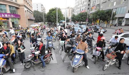 北京:11月1日起电动车上路须登记 设三年过渡期