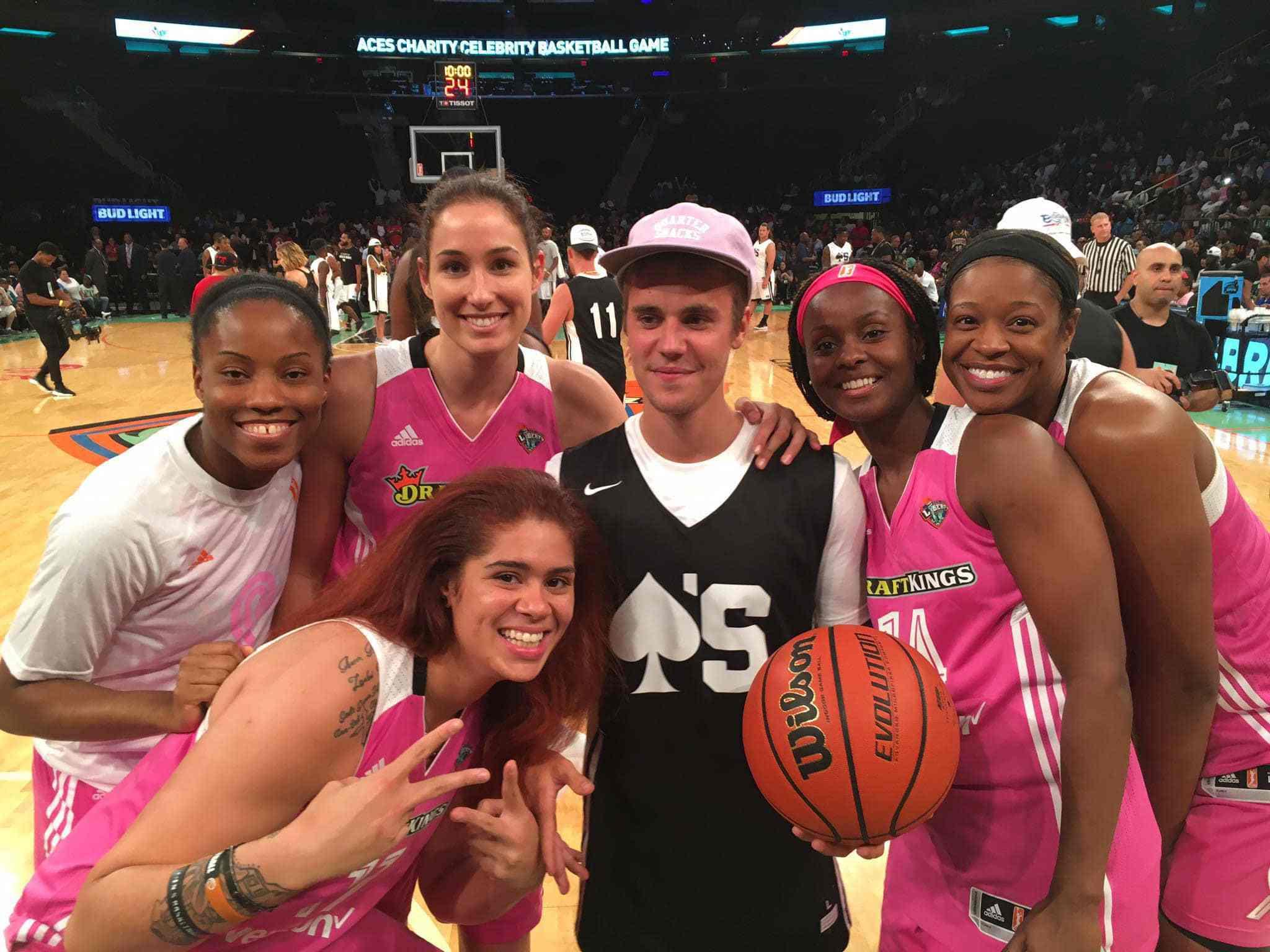 贾斯汀-比伯与WNBA球员合影