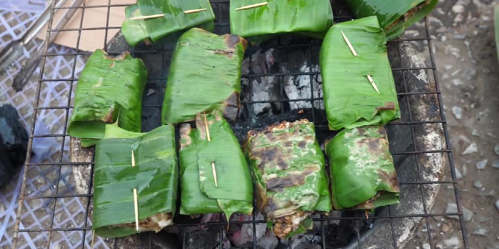 带你品尝琅勃拉邦街头美食——芭蕉叶烤蜂巢