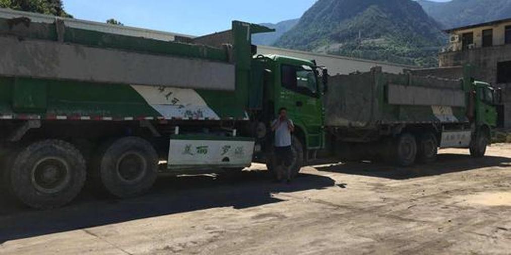 运输公司拒交保险费 直击运输车扣押现场
