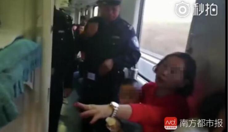 夫妻霸占火车卧铺桌板行李位 铁路局称可协商解决