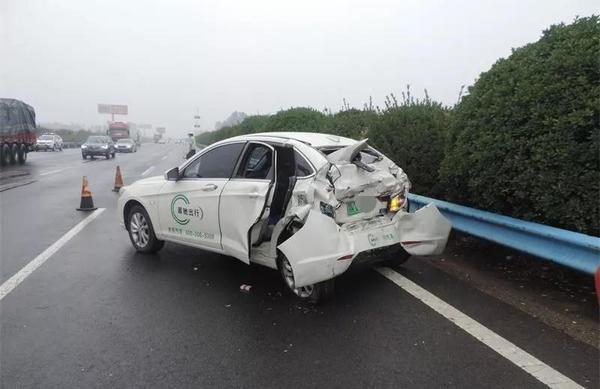 新能源汽车高速上没电 被大货车追尾致1人死亡