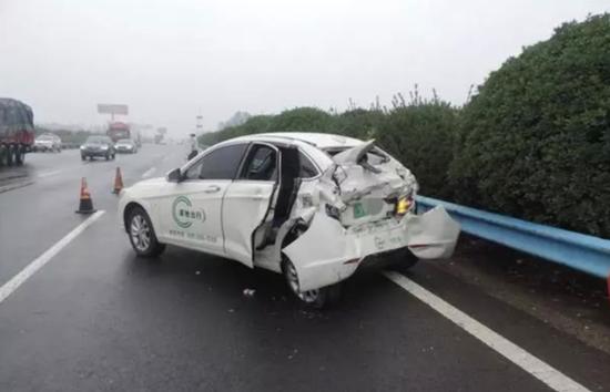 比国庆高速上堵车更闹心的事发生了:电动车突然没电,被大货车追尾