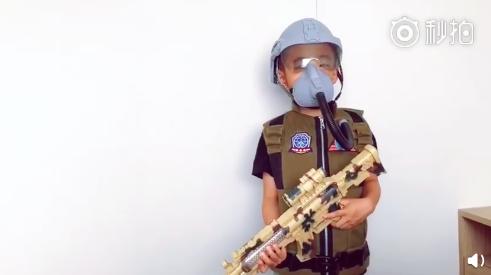 Jasper变小战士敬礼送国庆祝福 持冲锋枪装备全