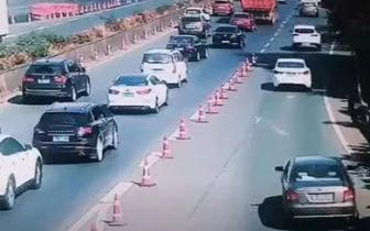 昌九高速三车追尾 其中一辆小车发生自燃