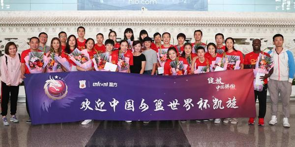 中国女篮回国获热情接机 李梦笑容可掬