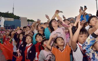 福州市民在福州五一广场观看升旗仪式