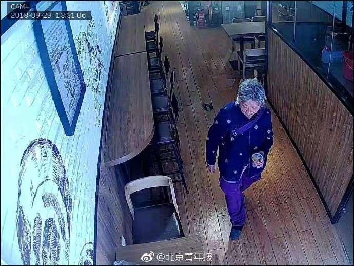 老人吃麻辣烫落下一万多块钱 店员追上去还被骂