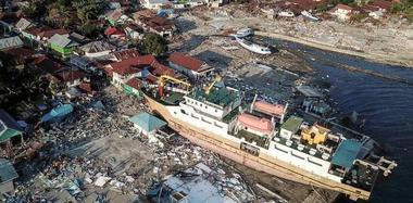 印尼灾区满目疮痍 货轮被巨浪推上岸