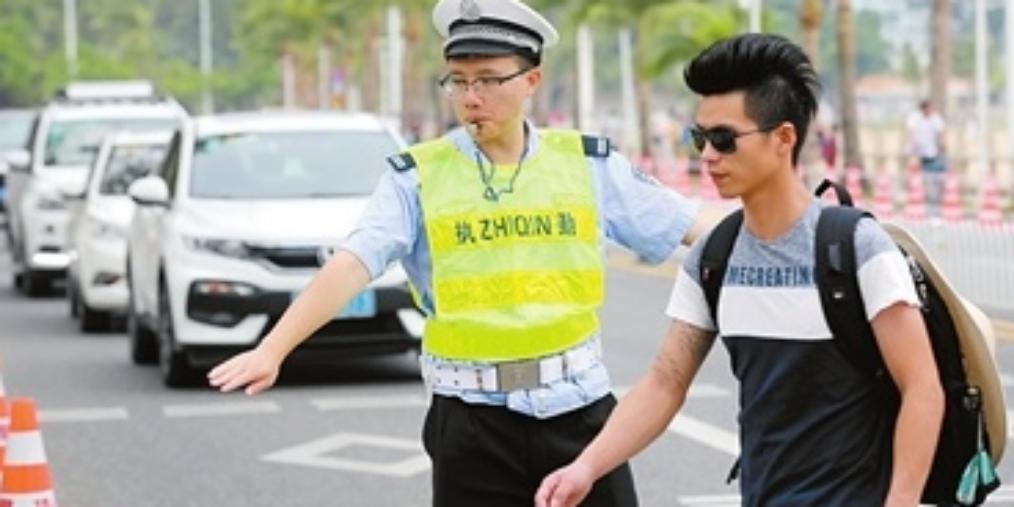 交警 国庆交通繁忙,交警坚守岗位保道路畅通