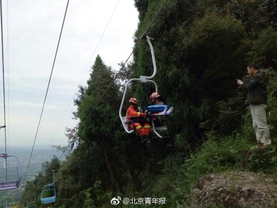 四川一游客疑未抓稳观光缆车扶手摔落 被困半山腰