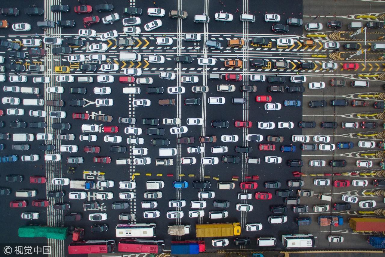 2016年10月1日,大批车辆缓慢经过南京长江二桥高速公路收费站。 / 视觉中国