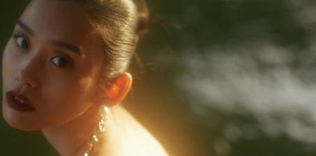 奚梦瑶塞纳河畔拍写真 秀美背骨感迷人