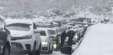 四川折多山降暴雪 上千出游车辆被困