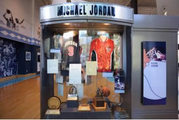 北卡教堂山篮球博物馆里展示的乔丹专栏(周成刚摄)