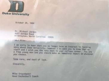 1980年,K教练写给乔丹的回信。信中还祝福乔丹在他的大学运动生涯一切顺利,未曾料想就此错过了一位篮球传奇(图片出自北卡篮球博物馆)
