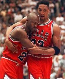 1997年NBA总决赛后,乔丹瘫倒在皮蓬的怀里(图片出自北卡篮球博物馆)