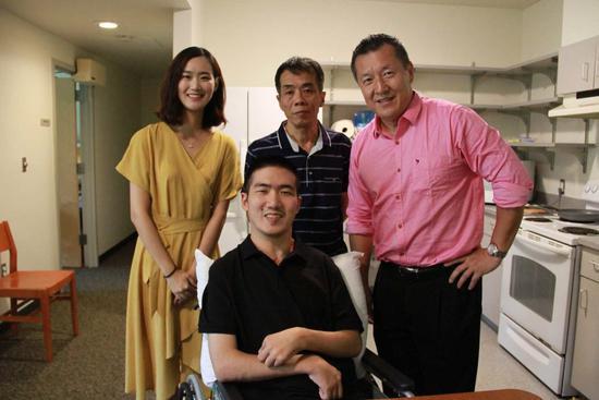 莫天池到校第二天,刘骏博士(右四)前往宿舍看望
