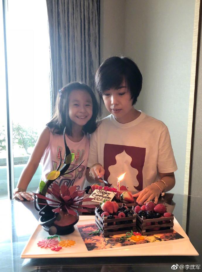 大魔王张怡宁37岁了! 与女儿开心切生日蛋糕