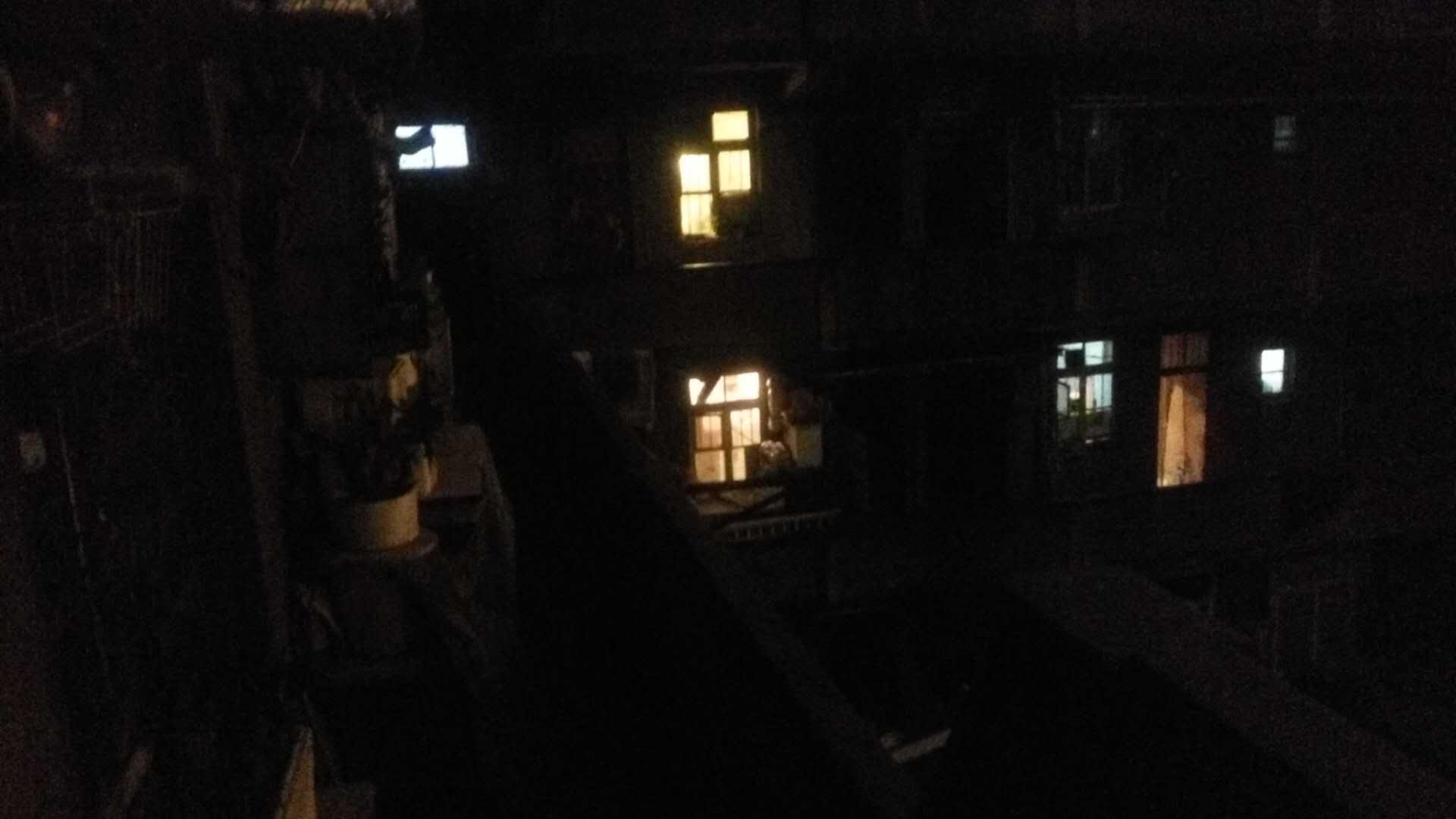 夜里二三楼住家的光,拆迁队的屋子也亮着灯。(作者供图)