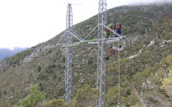 暴雪抢修 国网甘孜供电公司紧急恢复受损电力线路