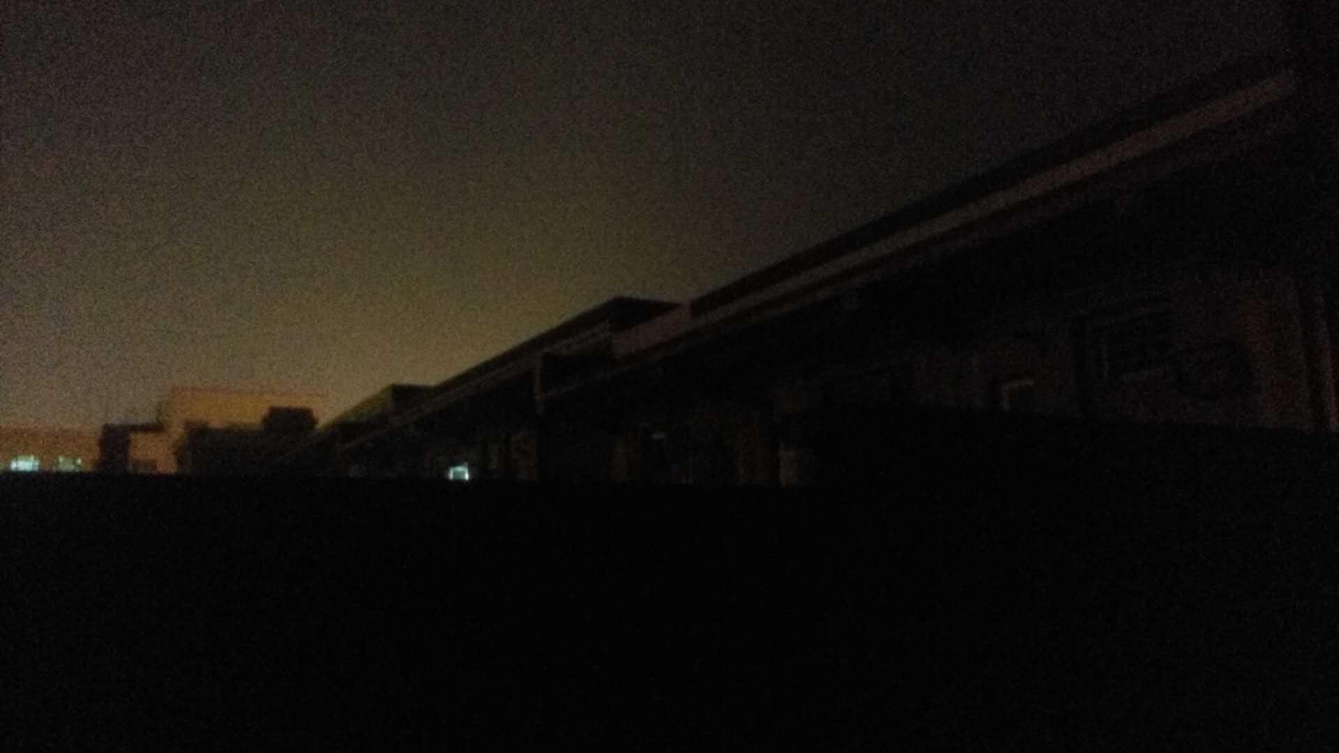 除了自接电线的一户,停电时的五楼漆黑一片。 (作者供图)
